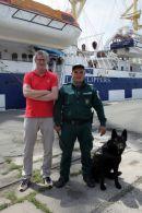 Puur Naturisme: John de Graaff met Bulgaarse douanier en hond