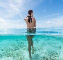 Naakte vrouw in zee