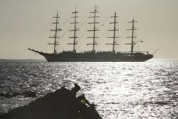 Royal Clipper voor de kust van Mykonos