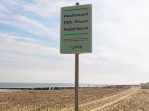 Borden 'naaktstrand' op Maasvlakte gestolen
